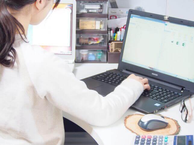 パソコン操作をする女性
