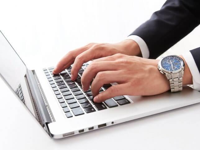 ノートパソコンに入力するイメージ