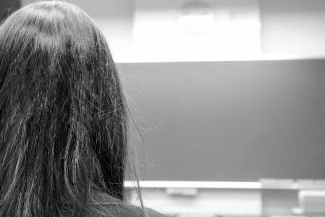 黒板を見る女性