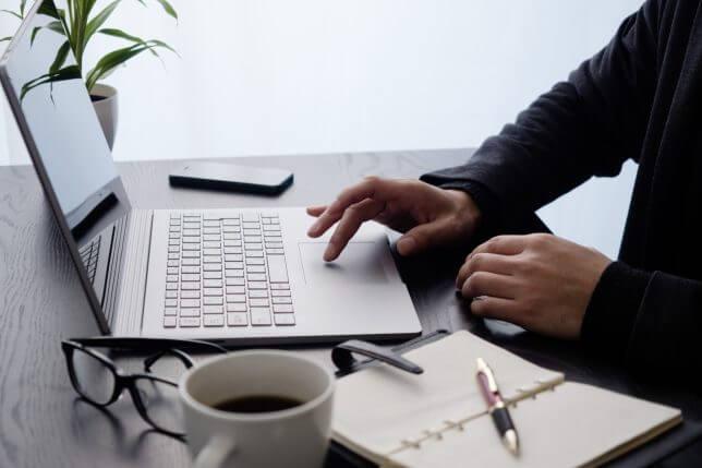 ノートPCで仕事をするイメージ