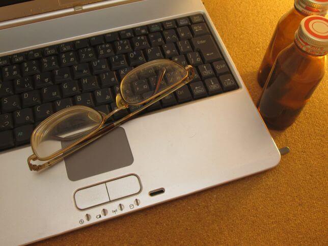 パソコンと栄養ドリンク