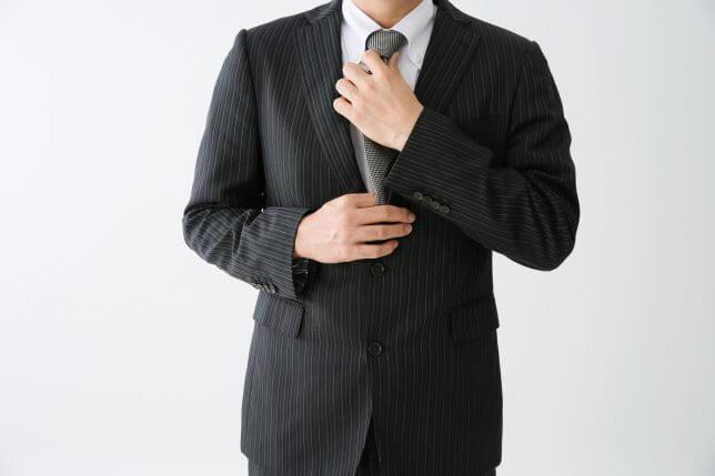 ネクタイを締め直すイメージ