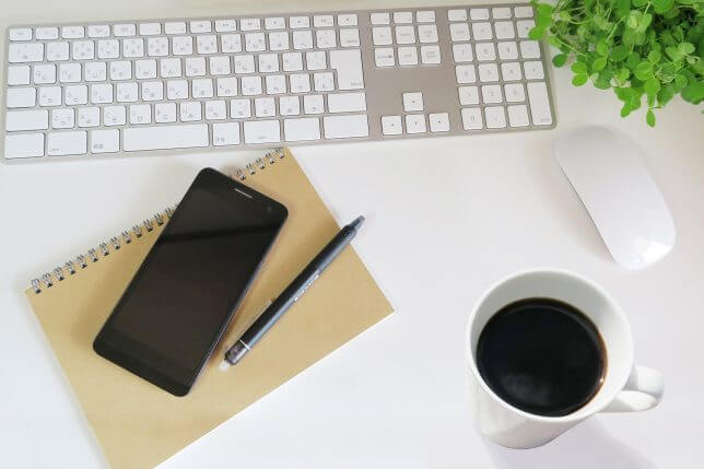 パソコンと作業机のイメージ