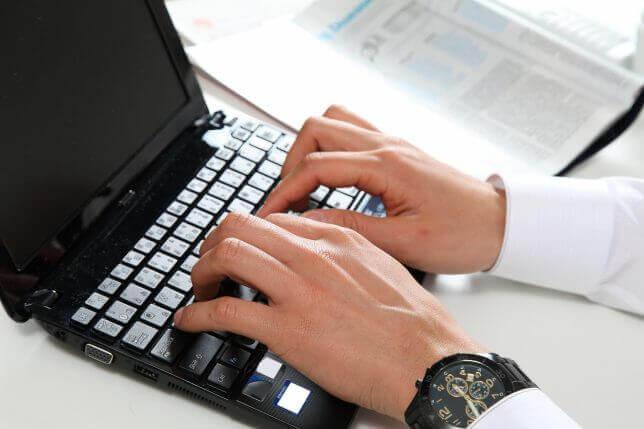 パソコンで仕事中のイメージ