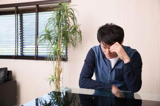 疲労困憊な男性