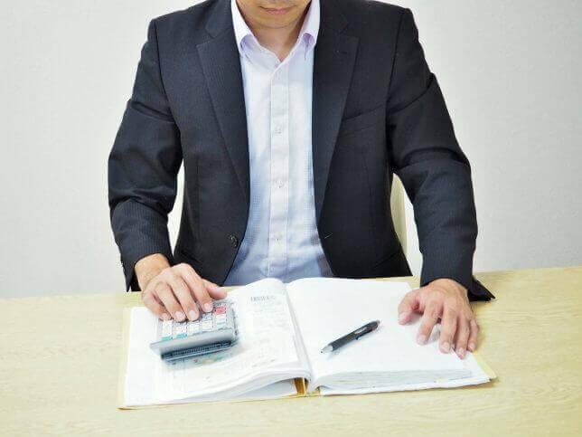 事務作業をする男性