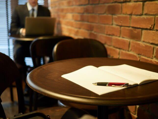喫茶店で仕事する男性