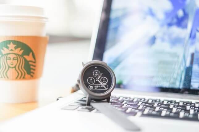 腕時計とノートPC