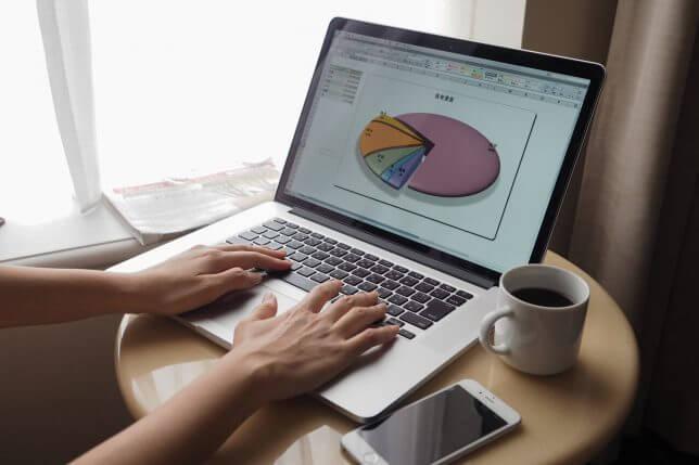 パソコンで分析するイメージ