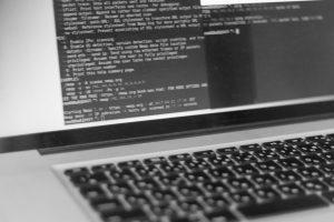 ノートパソコンでプログラミングするイメージ