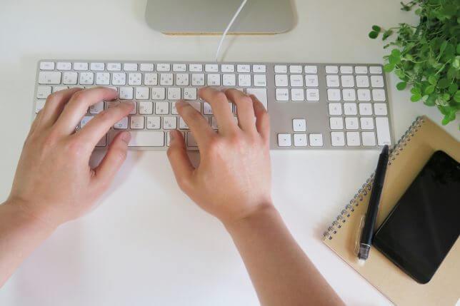 PCでプログラミングの勉強をするイメージ