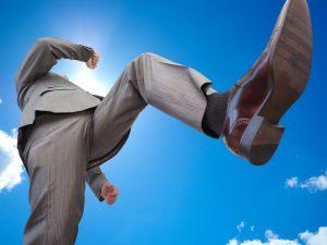 40代ビジネスマンが走るイメージ