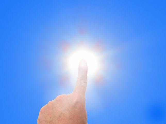 太陽を指差すイメージ