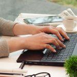 女性がパソコンを操作するイメージ