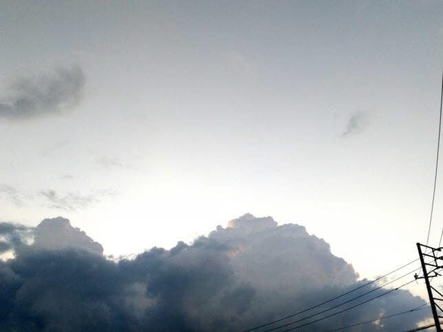 モノクロの空