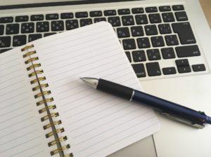 ノートパソコンとノートとペン