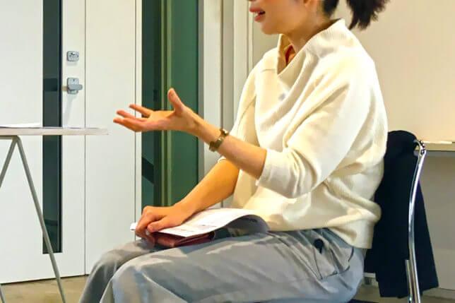 ジェスチャーとともに説明する女性