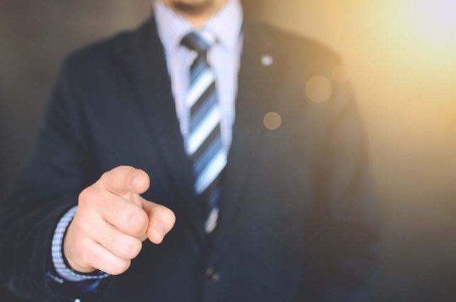 男性が指を指すイメージ