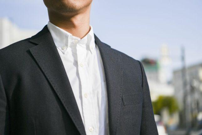 スーツ姿の男性会社員