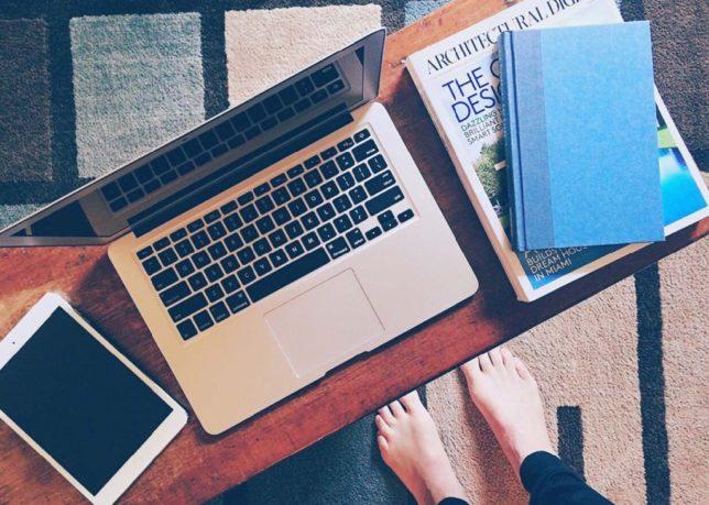 パソコンと本で勉強するイメージ