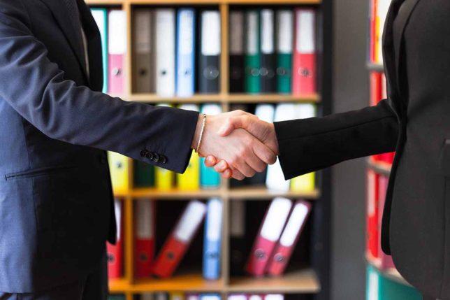キャリアアドバイザーとの握手のイメージ