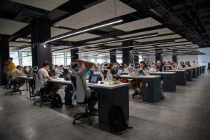 受託開発と自社サービス会社のイメージ