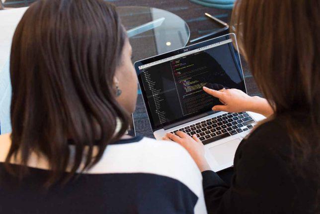 プログラミングで学習する女性のイメージ