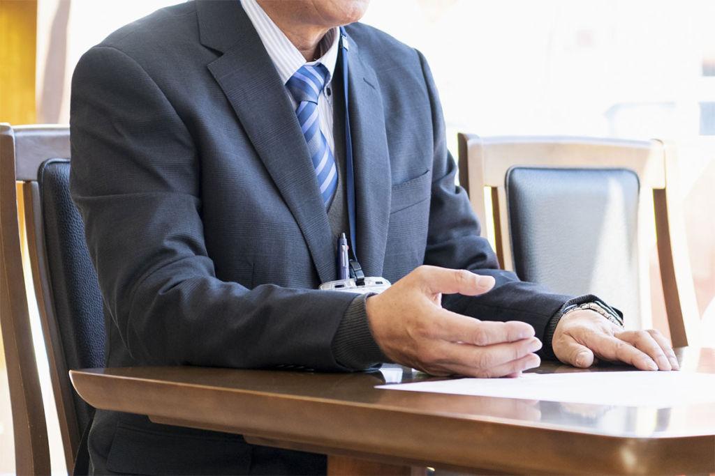 営業マンが商談をするイメージ画像