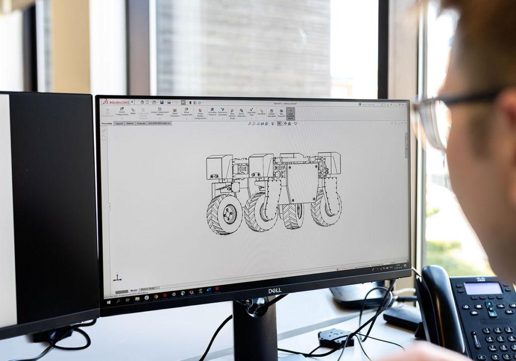 機械設計をするエンジニア