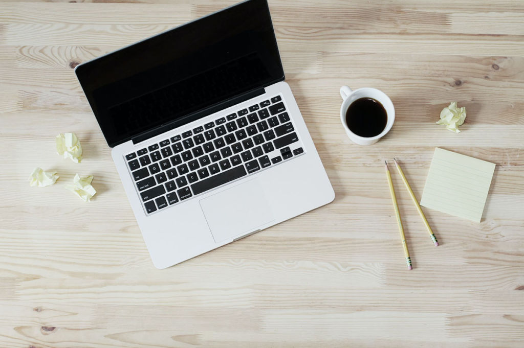 パソコンとコーヒーのイメージ